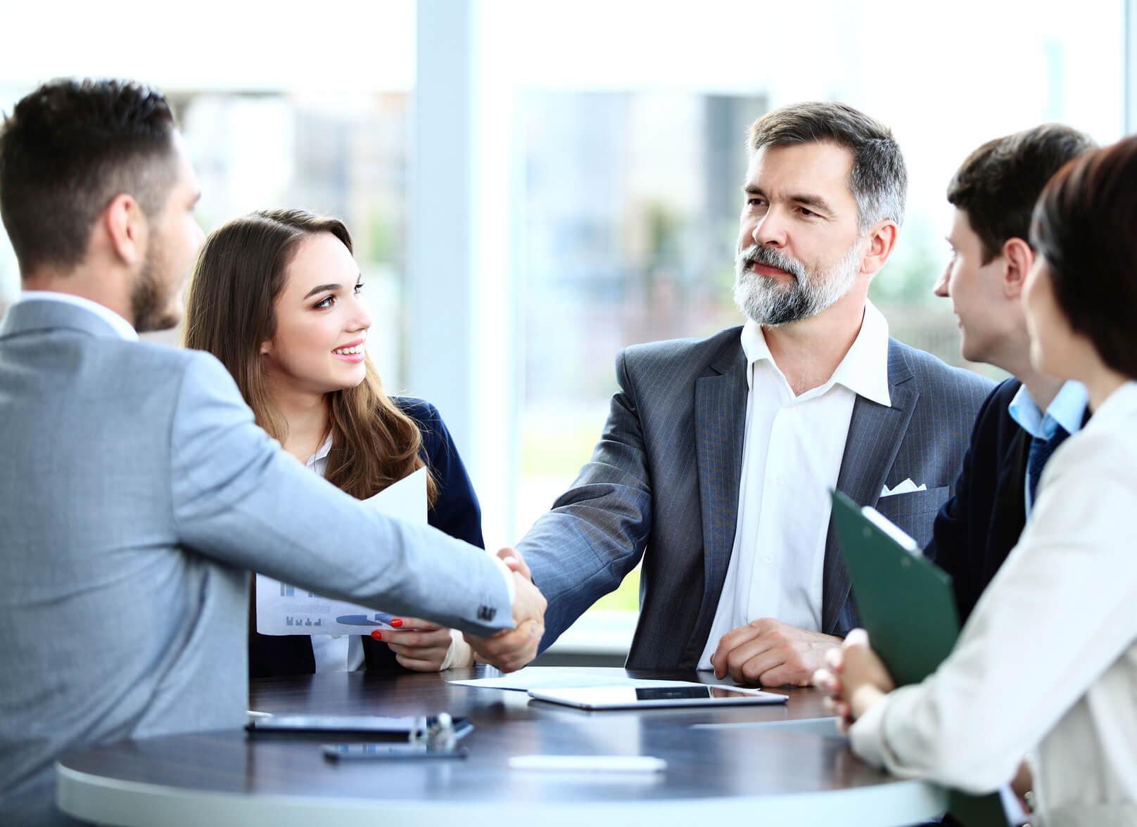 Strukturiertes Interview als Einstellungsgespräch mit Bewerber und mehreren Interviewpartnern