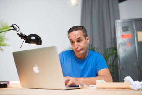 Richtig bewerben - Mann am Laptop bereitet sich auf die Bewerbung vor
